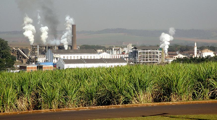 #PraCegoVer A foto mostra as instalações de uma fábrica de açúcar e etanol