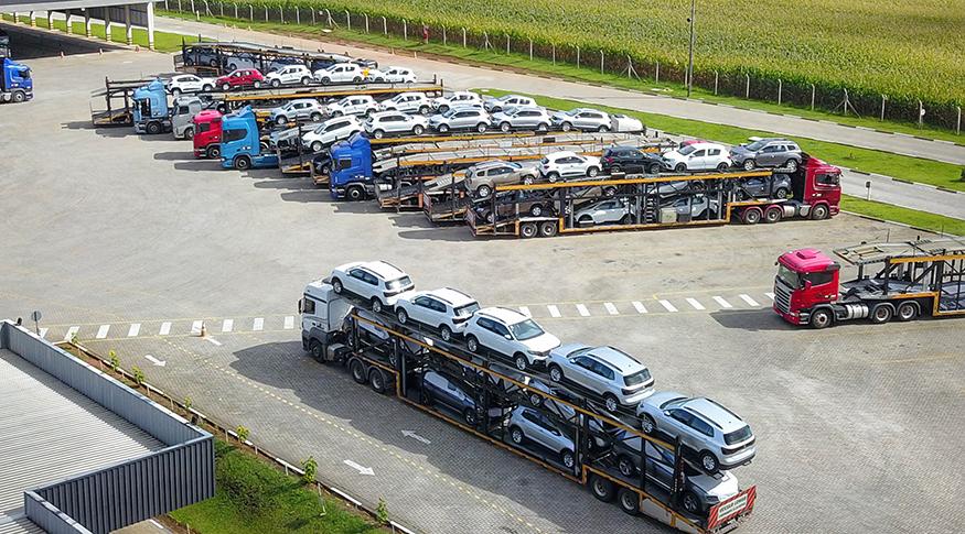 #PraCegoVer A foto mostra imagem aérea de polo automotivo, com vários carros enfileirados