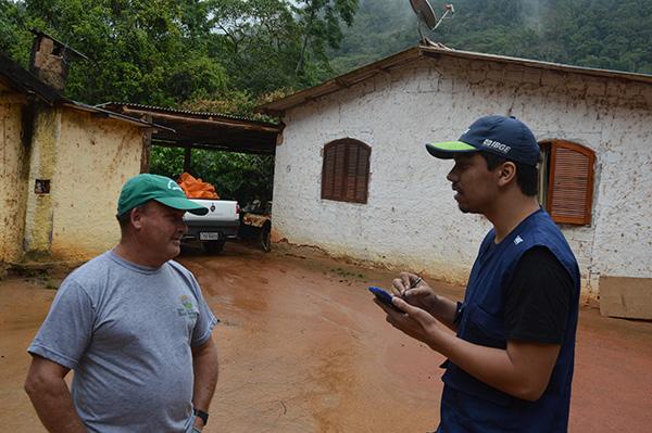 Recenseador entrevista agricultor do Rio de Janeiro